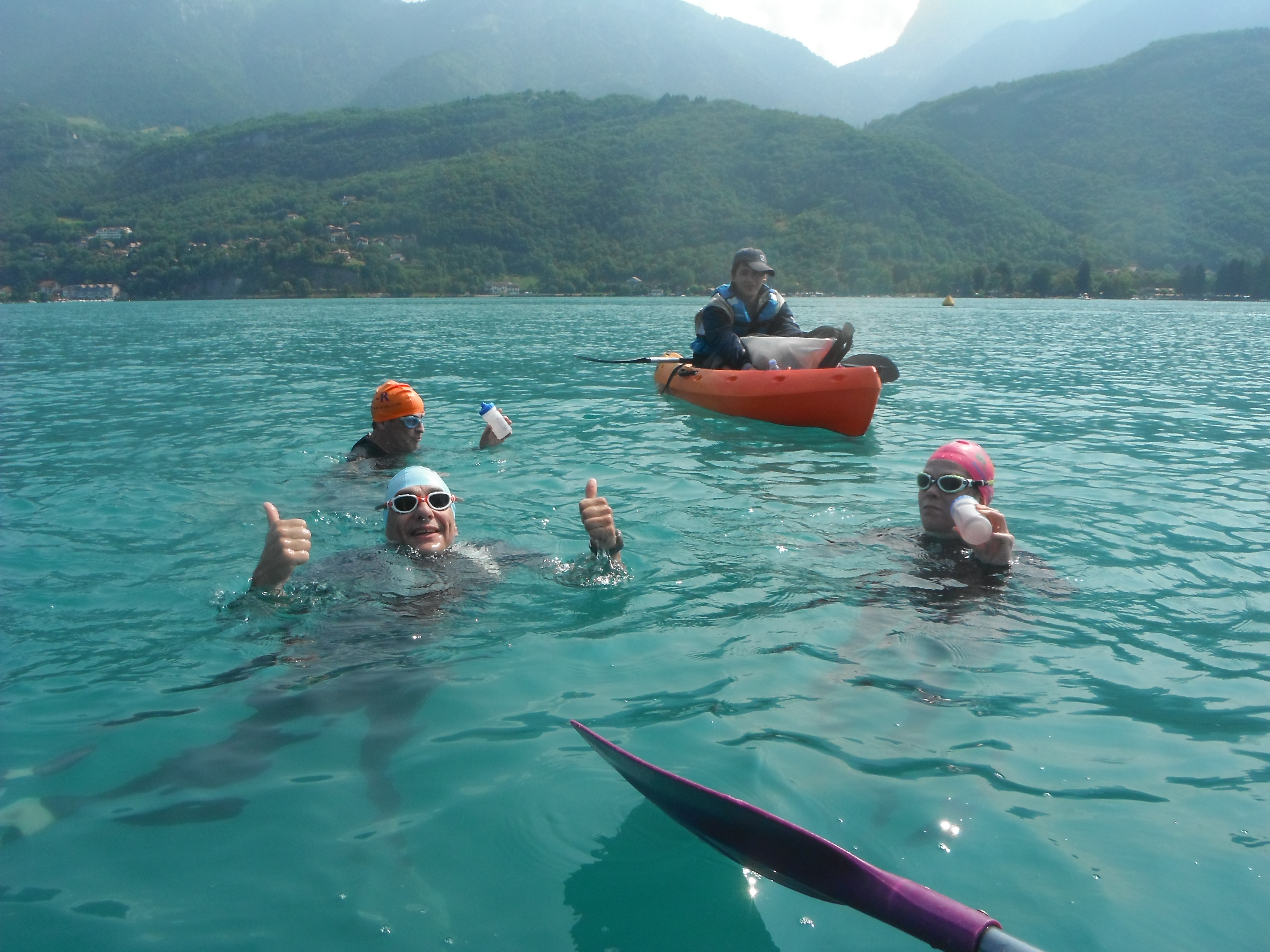 Feed stop for the Annecy solo swimmers